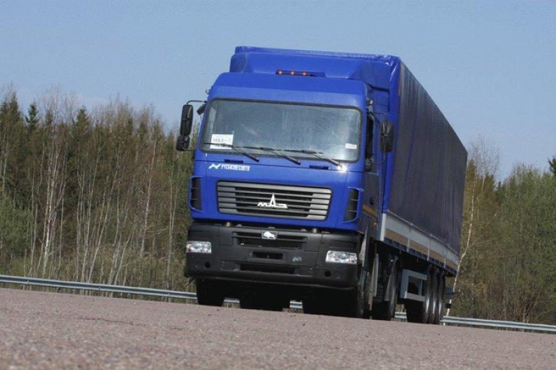 ...мы решили оставить фуры пустыми, но чтобы снивелировать разницу в полной массе, в полуприцепы МАЗа и Volvo...